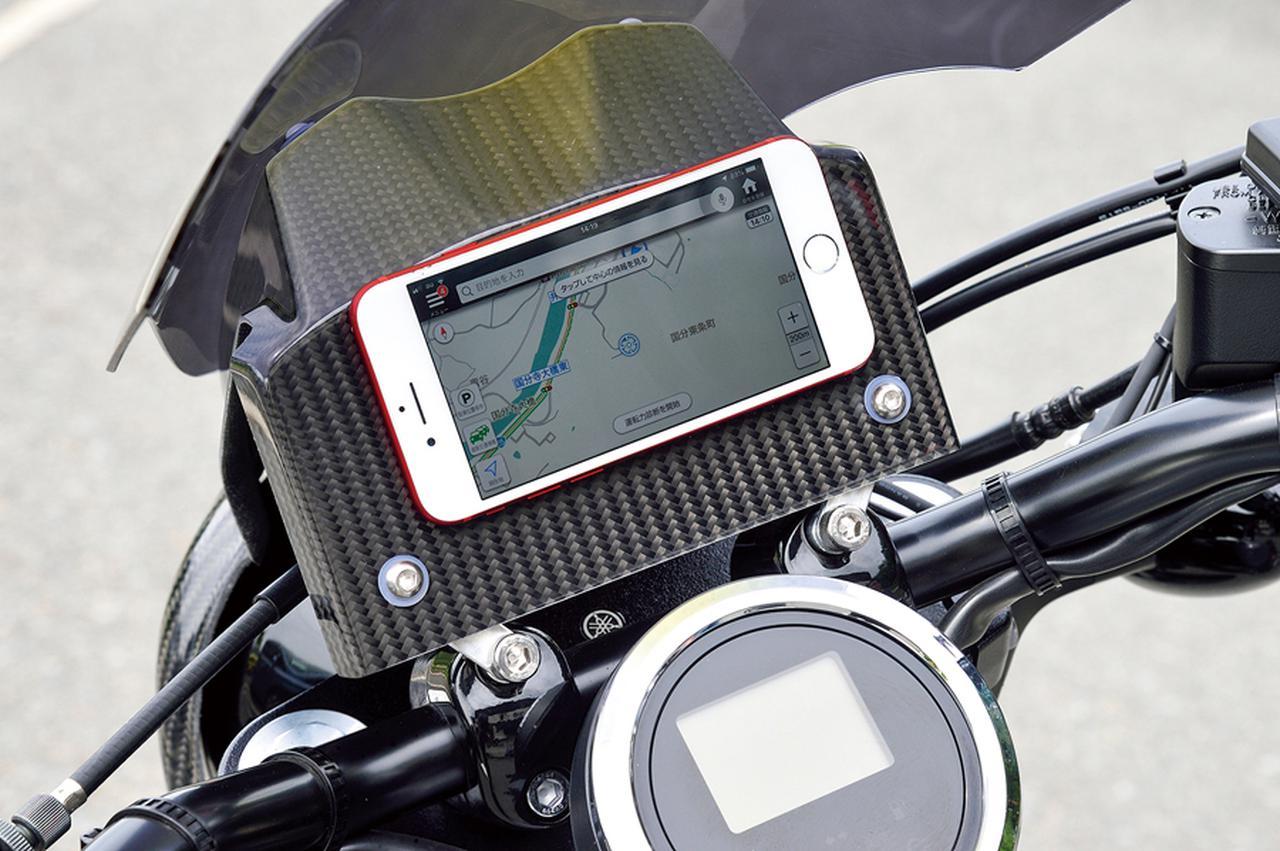 画像: こちらは多目的プレートにスマートフォンを横置きした例だ。多目的プレートはこのサイズ感だから、追加メーターを置くなど、多彩なアイデアで活用できるだろう。