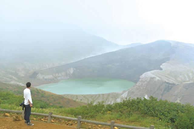 画像: 天候の条件が揃うと、その姿を現わす御釜。雄大なその景色は、遠近感を失ってしまうほどです。淡い緑の水面が、いっそう幻想的でした。最初は全く見えなかったのですが、奥宮を参拝した直後に霧が晴れ、幸運にも見る事が出来ました。その後はまた霧に隠れ、再び見える事はありませんでした。
