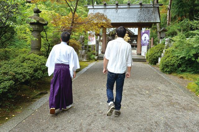 画像: 1人の時とは違い、神職の方と歩く参道は、やはり身が引き締まります。