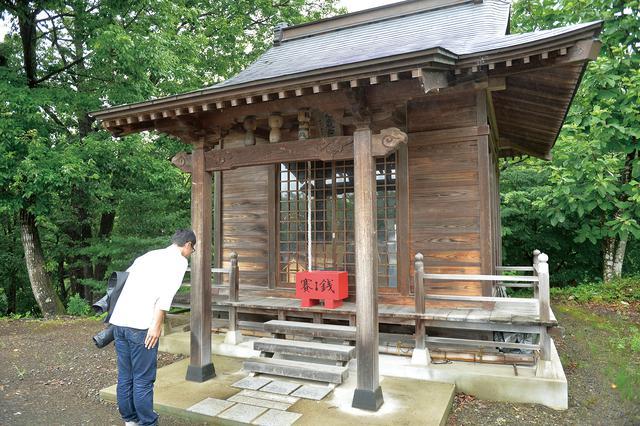 画像: こけし神社こと、小野宮惟喬親王神社(おのみやこれたかしんのうじんじゃ)。木地師という木工技術に長けた人たちが信仰した神社です。近畿に本社があるので、この地域のルーツが都から来たことが、この神社の存在からわかります。