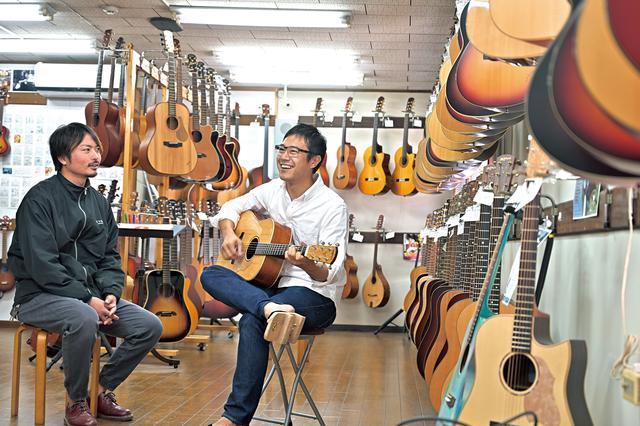 画像: 工場には、ヤイリギターの各モデルを弾くことのできる直売所があります。最新モデルや、限定モデルを弾かせてもらいました。ここでも会話が弾みます。