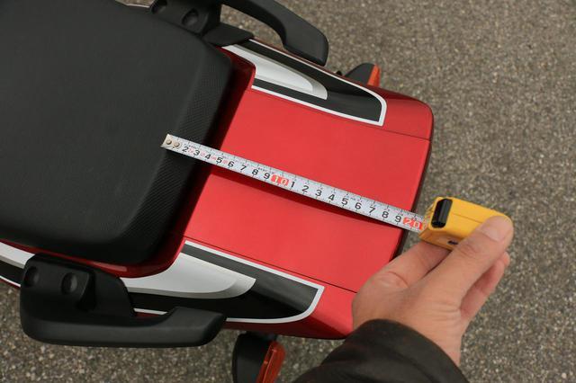 画像: ちなみに、シート後部からカウル最後部までは20cmもあります。まあ、ここに積極的にものを積むのは推奨できませんが。