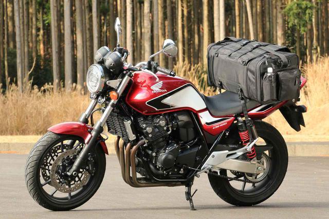 画像: 装着したバッグはヘンリービギンズ「 ツーリングシートバッグ DH-724」メーカー希望小売価格は税別22,000円。容量はシリーズ最大の53~70L(写真は拡張した70Lの状態)。