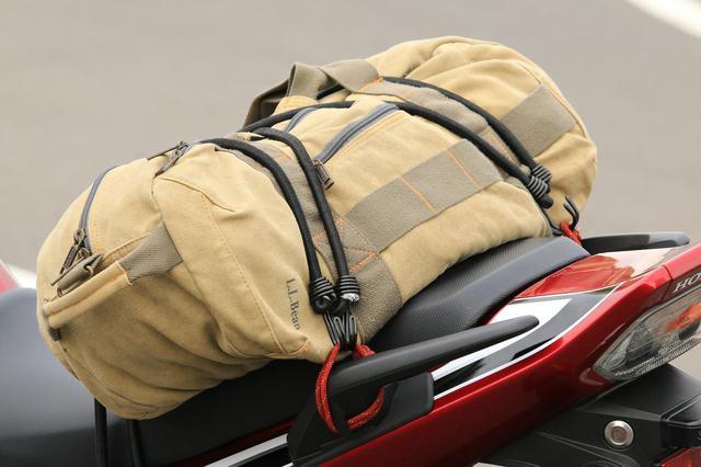 画像: 積んでいるバッグはバイク用の製品ではありません。幅は約55cm。容量は30Lほどだと思います。