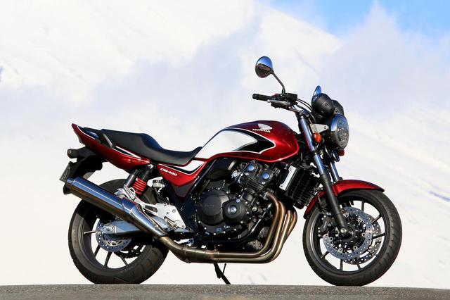 画像: Honda CB400 SUPER FOUR 総排気量:399cc/税込価格:88万4,400円/91万7,400円/92万8,400円 (価格はカラーにより異なります。写真のキャンディークロモスフィアレッドは92万8,400円)