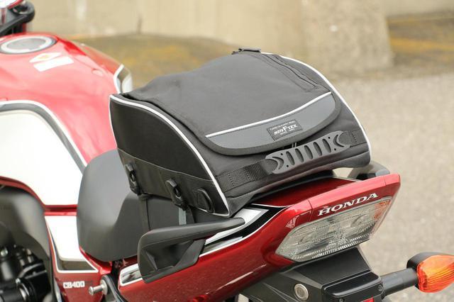 画像1: ずばり、取り付けベルトをシートにくぐらせるタイプのバッグです!