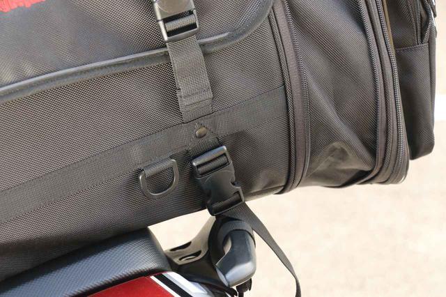 画像: 写真だと分かりにくいですが、グラブバーの下部に備わる突起を利用し、外れないように留めました。これで約300kmくらいテストしてみたので、4点留めタイプのバッグも「外れないよう工夫すれば」ちゃんと使えます。