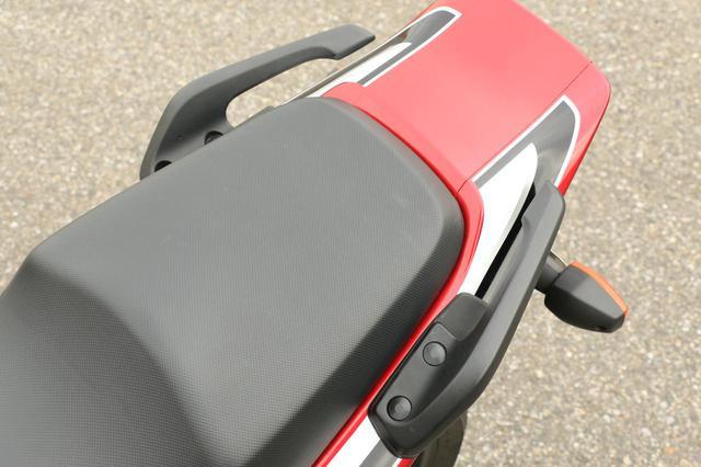 画像: 個人的にクワガタ型グラブバーと呼んでいます。後ろもつながっていたらいろいろ使えるのですが、スタイル優先。もしくは、タンデムがこの方が安全なのかもしれませんね。