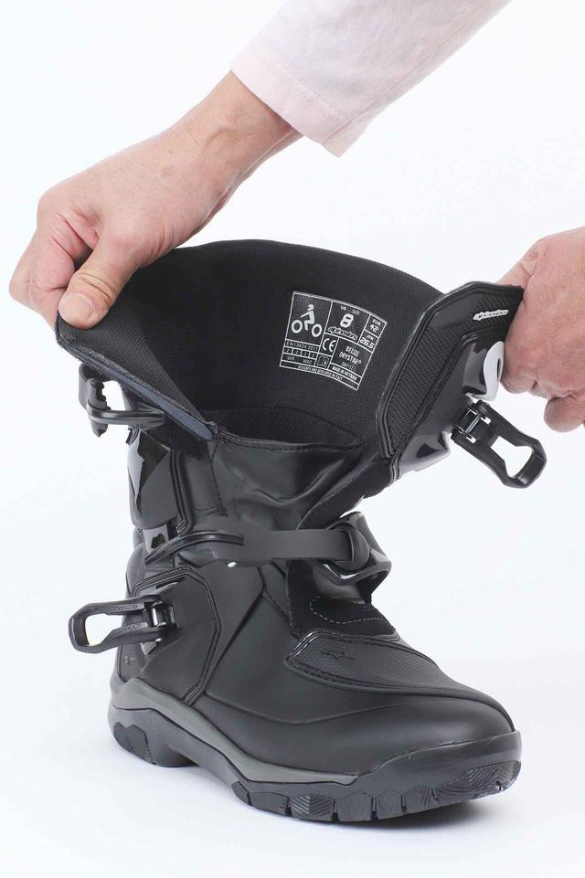 画像: ガバッと大きく開くので履き脱ぎが楽。2本のバックルと広めの面ファスナーで素早くしっかりとフィットさせられる。
