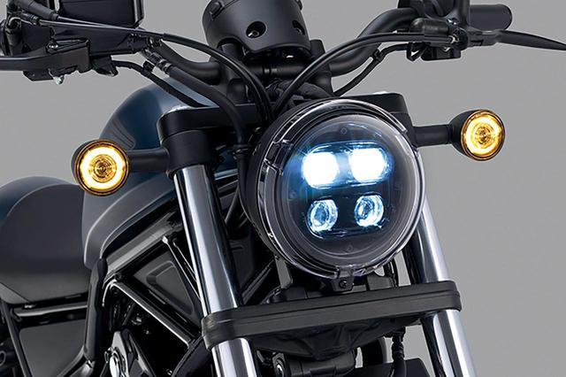 画像: ヘッドライトは丸型ヘッドライトカバーの中に4つの高輝度LEDが並ぶ。ロービームで上2つが、ハイビームで4つ全てが点灯する。