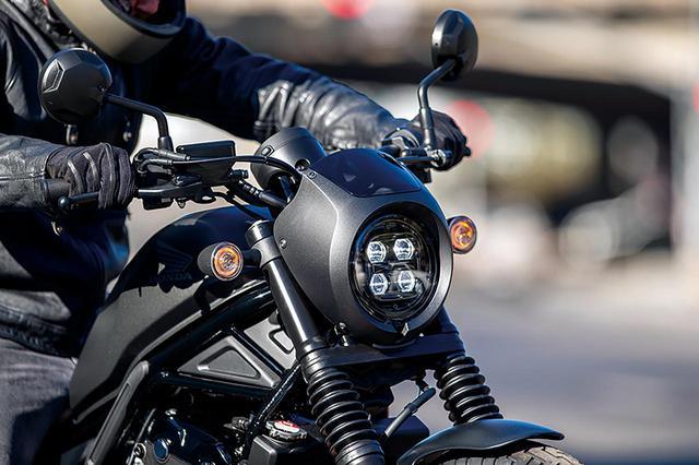 画像: 純正アクセサリーのヘッドライトカウルが標準装備されるSエディション。この他、フォークブーツ、カラーシートが標準装備となる。