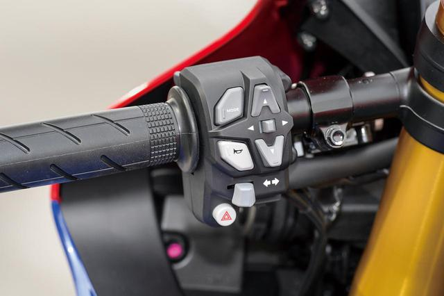 画像2: 今回は左右のスイッチボックスを新作。各種モードの選択、設定用に、左側中央には十字レイアウトのボタンが配されている。