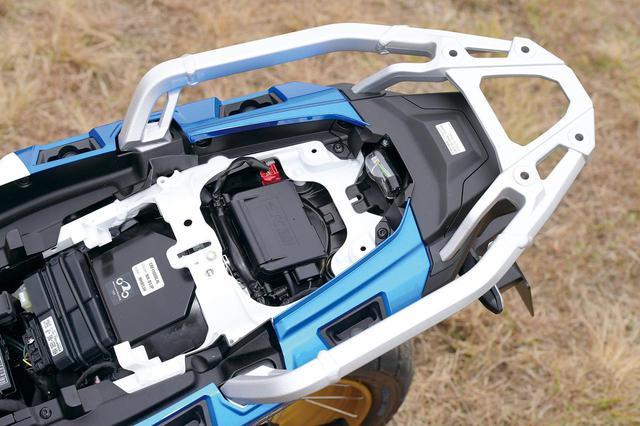 画像: シート下にはETC2.0車載器を標準装備、ロングランも快適にこなせる。リアキャリアはアルミの堅牢なものが標準となる。