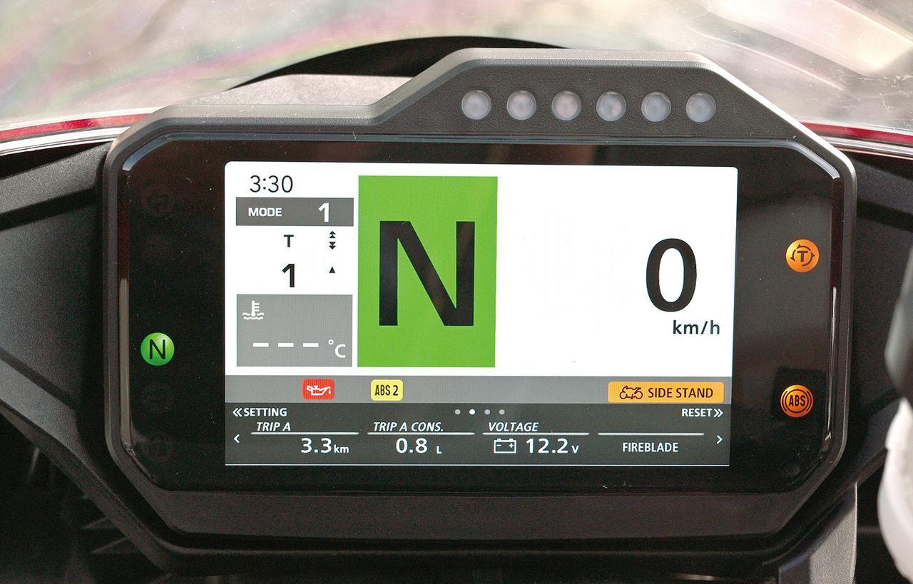 画像: タコメーター表示を消し、速度とギア表示としたモード。市街地やツーリング時向け。