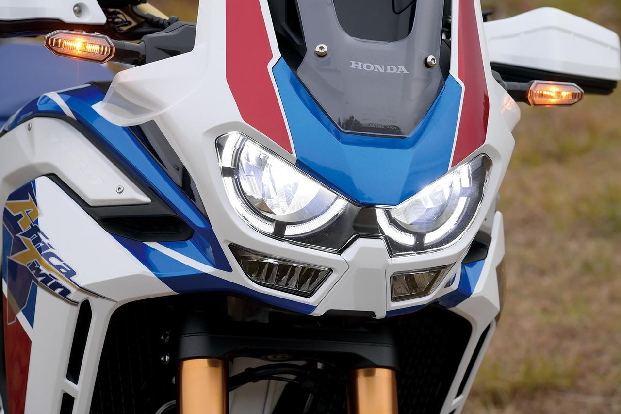 画像: 印象的なリング状のポジションランプを備えた2眼ヘッドライト。その下にはLEDコーナリングランプも備えている。