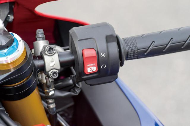 画像1: 今回は左右のスイッチボックスを新作。各種モードの選択、設定用に、左側中央には十字レイアウトのボタンが配されている。