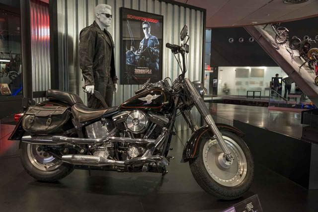 画像: ハーレーダビッドソンミュージアムに展示されている『ターミネーター2』仕様のファットボーイ