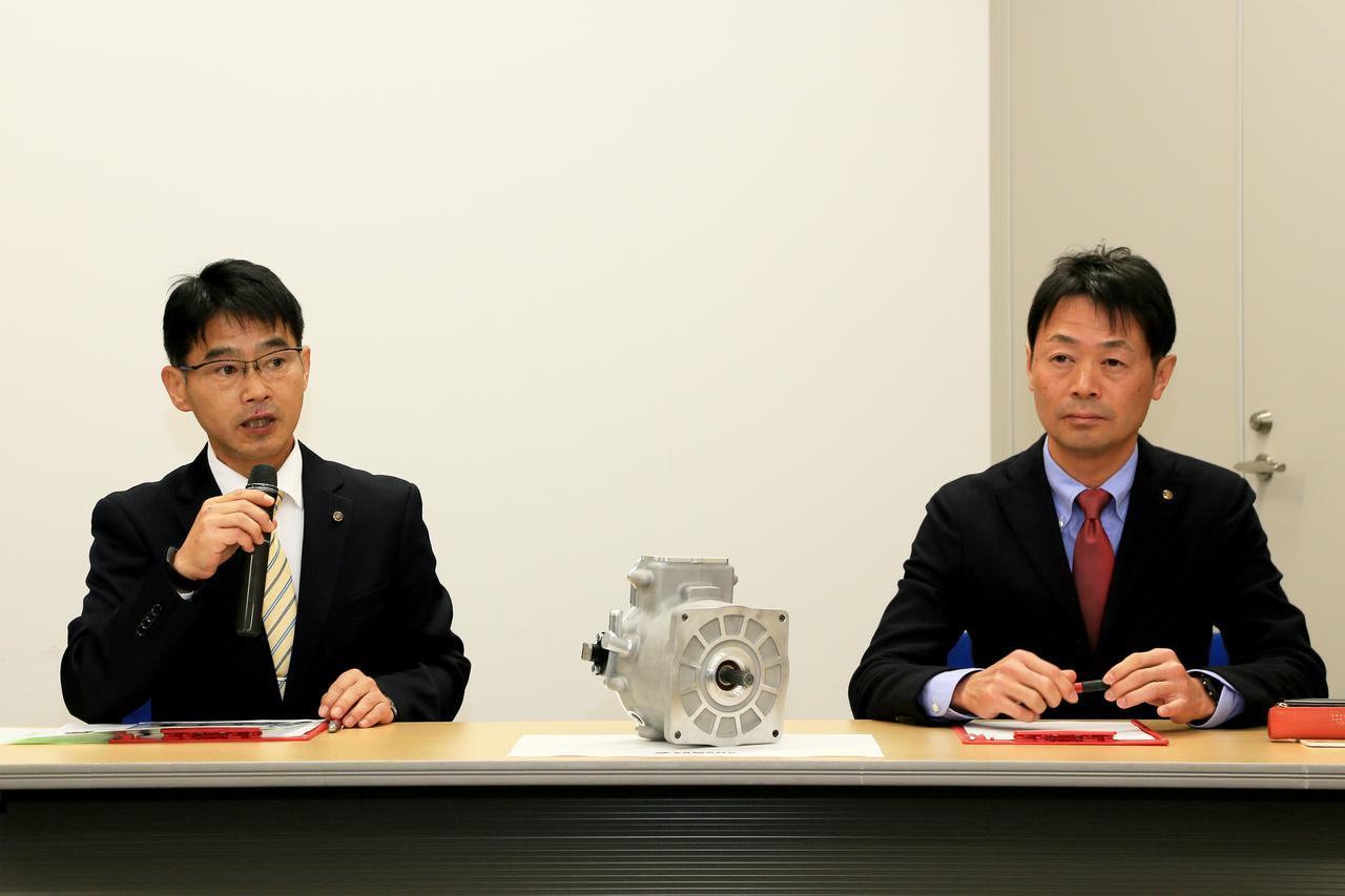 画像: 左は今回のプロジェクトリーダー、ヤマハ発動機株式会社・モビリティ技術本部の原田浩之さん。右は開発担当の、同モビリティ技術本部の原 隆さん。