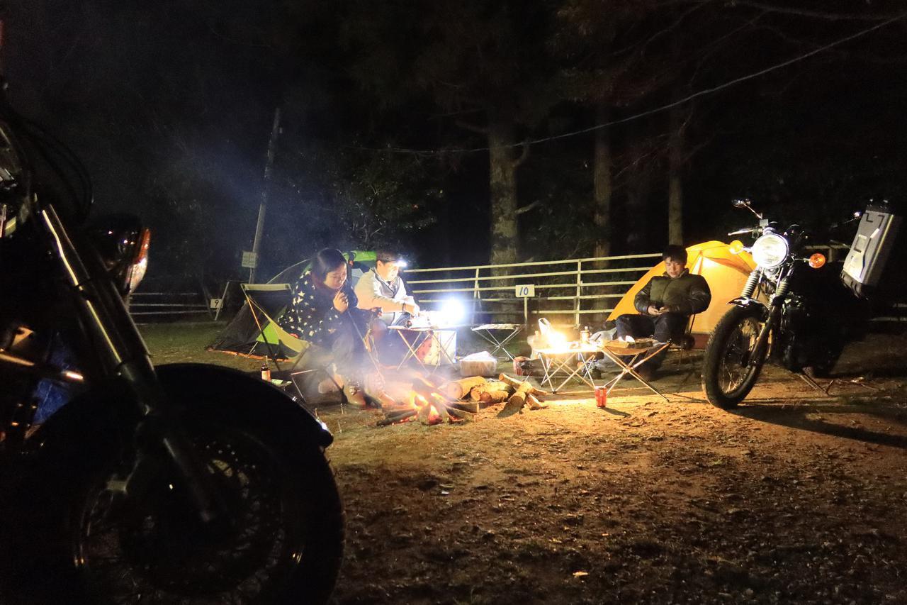 画像: 夜中の暖かさには、焚き火も大きく貢献しています。