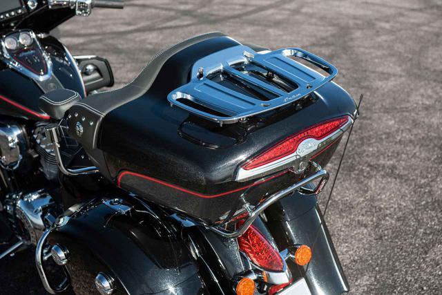 画像: 収納スペースは総容量で約140リットルを確保しています。また、バイクのキーでリモートロックできるサドルバッグとトランクは、荷物を広くて耐候性のあるスペースを確保しています。