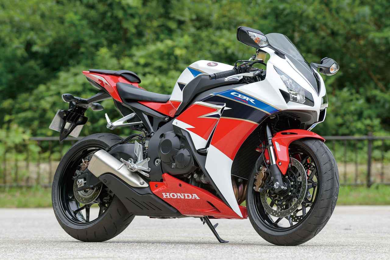 画像: Honda CBR1000RR (SC59) 2016年夏に試乗したSC59型。2008年にフルモデルチェンジで登場した2代目CBR1000RRはパワーアップや車体の軽量化、足回りの変更など熟成が重ねられ、年を追うごとにポテンシャルアップ。2014年2月には、スポーツライディングの楽しみを追求したSPが追加された。 【全長×全幅×全高】2075×720×1135㎜ 【ホイールベース】1410㎜ 【シート高】820㎜ 【車両重量】202kg【エンジン形式】水冷4ストDOHC4バルブ直列4気筒 【総排気量】999cc 【ボア×ストローク】76.0×55.1㎜【圧縮比】12.3 【最高出力】123PS/9500rpm 【最大トルク】9.9kg-m/8500rpm 【燃料タンク容量】17L 【キャスター角】23゜30′ 【トレール量】96㎜ 【ブレーキ形式 前・後】ダブルディスク・ディスク 【タイヤサイズ 前・後】120/70ZR17・190/50ZR17
