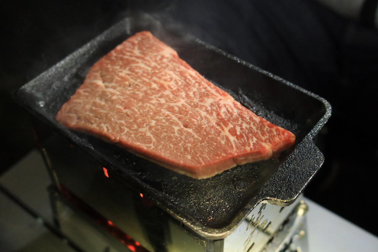 画像: まあ、この後、肉を焼いたりもしたんですがね……。焼き台は 笑's のB6君 。『ゆるキャン△』に感化された松本先輩の愛用品です。
