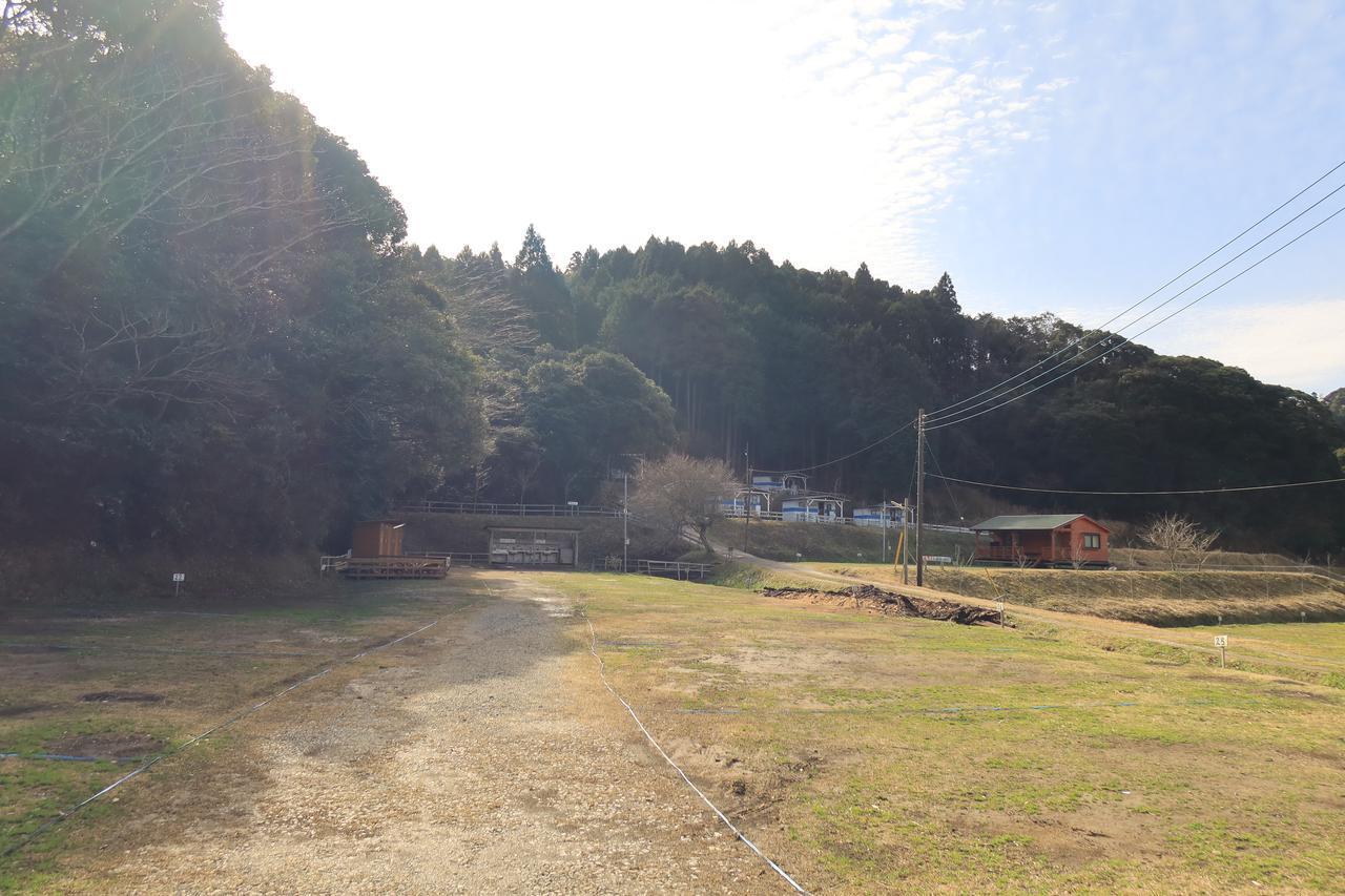 画像: キャンプ地は、温泉宿に併設された千葉県勝浦市の「勝浦つるんつるん温泉キャンプ場」。冬季も営業していて、直火OK・乗り入れOK・しかも薪が無料。料金は1区画5000円、電源サイトは6000円。ソロツーリングでは使いにくいですが、3~4人なら割安になります。通常800円の温泉が400円で利用できる特典付き。