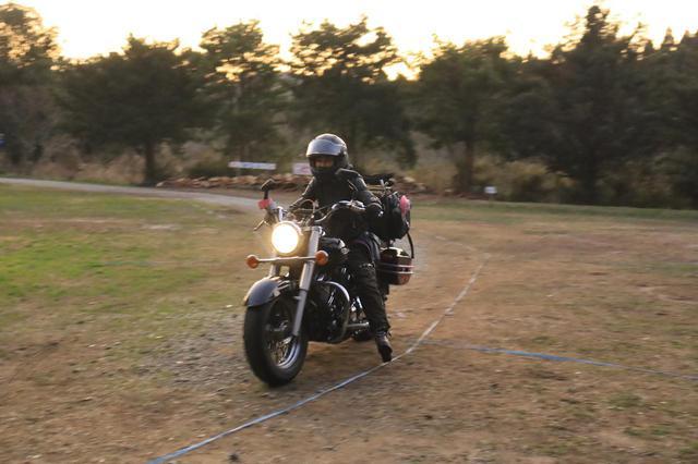 画像: 14時集合ね、と伝えたのに17時20分にやってきた木川田ステラさん。どうなってるんだオートバイキャンプ部。かくゆうワタクシも15時到着でしたが。