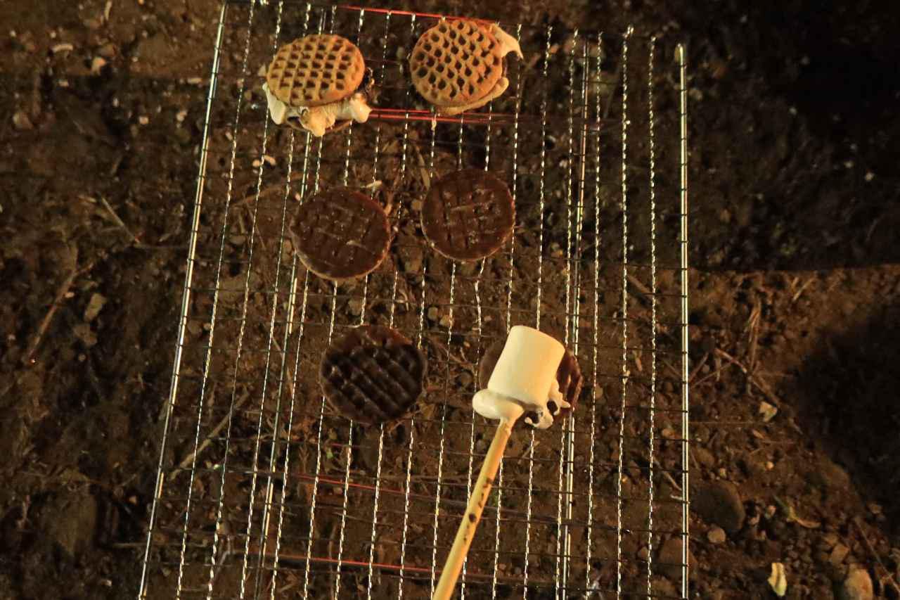 画像: 『ゆるキャン△』に出てきた「スモア」にも挑戦しました。チョコビスケットに焼きマシュマロを挟むだけのはずなのですが、予想以上に難しくグダグダに。