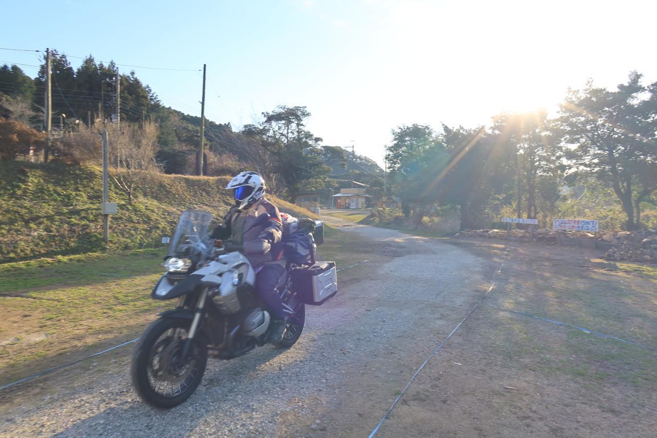 画像: 16時ごろ、月刊オートバイ副編集長の松本先輩が自慢の愛車BMW R1200GSを駆ってご到着。それにしてもフルパッキングですな。