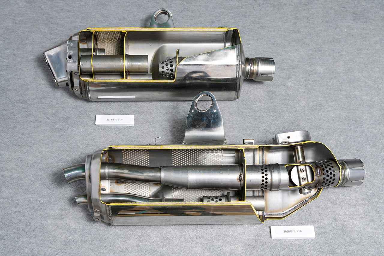 画像: 上が先代、下が新型。サイレンサー内部に排気バルブを設けてパワーの向上と心地よいサウンドを両立。