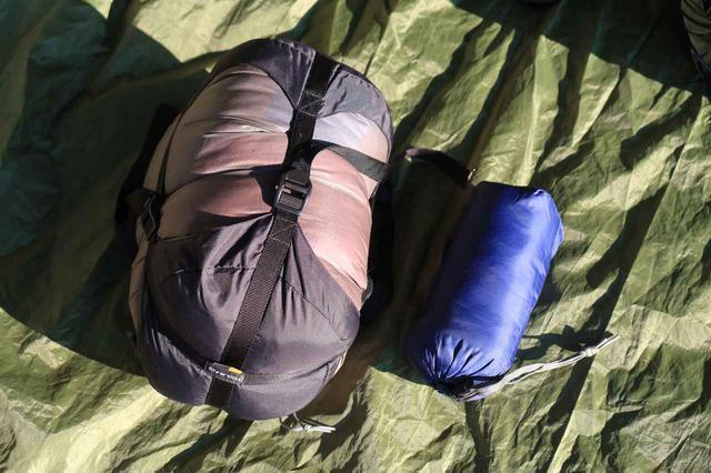 画像: 収納時は寝袋はまとめてコンプレッションバッグに。シュラフカバーは薄いのでとってもコンパクトになります。