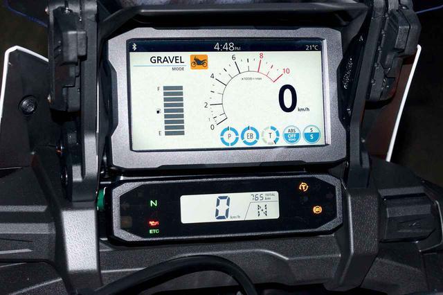 画像: これはシルバー表示。速度計をメインに、半円状のグラフでタコメーターを表示。