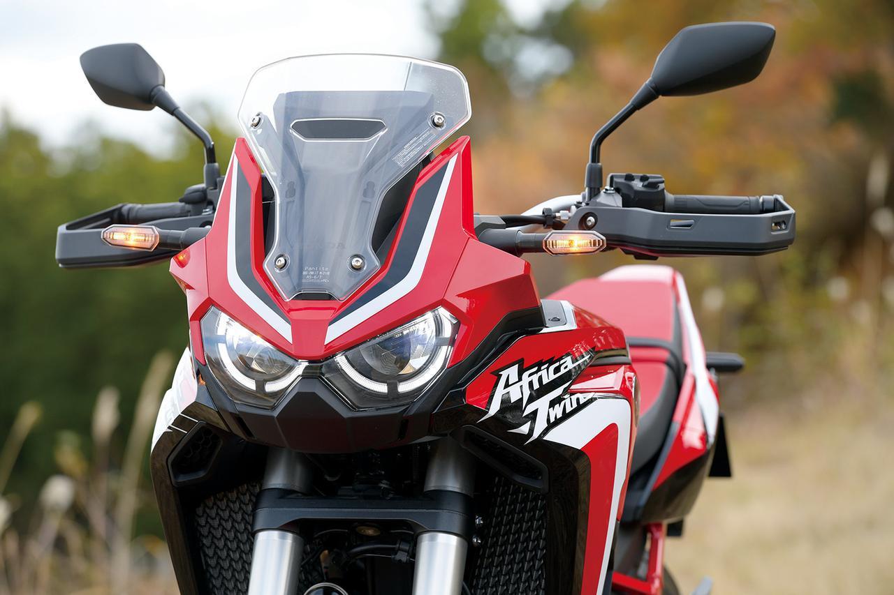 画像: オフロードライディング時、体重移動でヘルメットが当たらないようスクリーンは小型化。オプションでロングも選べる。