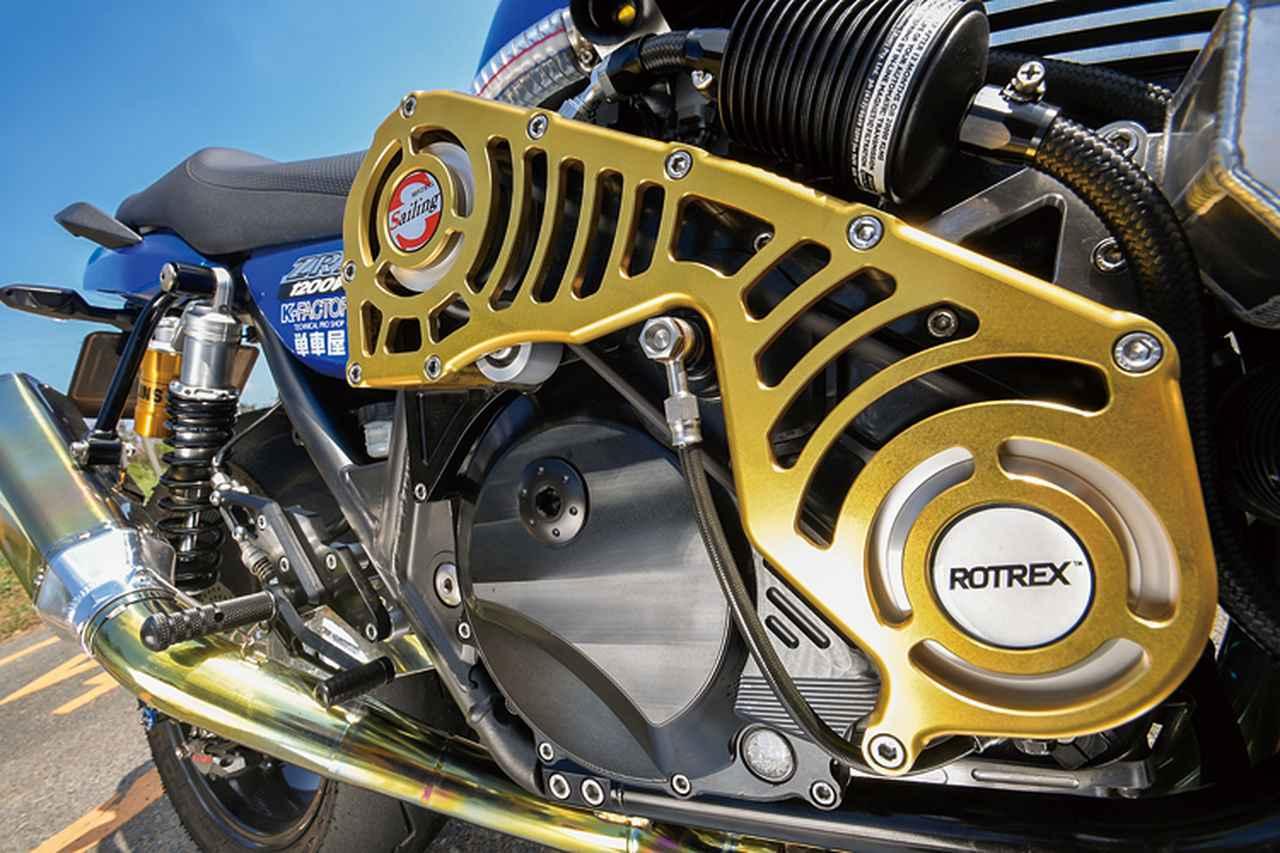 画像: スーパーチャージャーはクランク軸右からベルトでエンジン背面のインペラーを回し、新気を圧縮する。チャージャー本体はデンマークのROTREX製汎用品で、このコグドベルトカバーはワンオフされたものだ。本体中央上には余剰加圧を抜くブローバイユニットも見える。