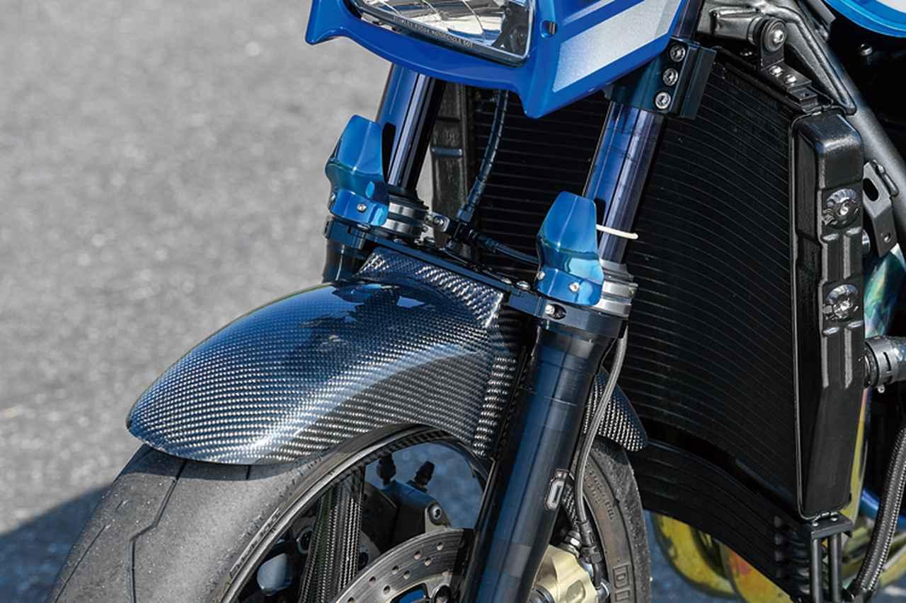 画像: インナーチューブの保護を狙うチタン製フォークガードはケイファクトリー。カーボンフロントフェンダーはマジカルレーシングの製品を装着する。