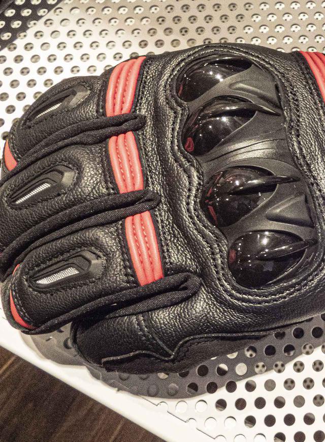画像: 拳部分にはPUナックルプロテクターが装備され、さらに親指と人差し指にはグローブをしたままでもスマートフォンの操作が可能なタッチパネル対応となっています。また、インナー(内側)には、薄くても保温性や断熱性に優れた「Thinsulate(シンサレート)」が使用されているので、操作性や耐久性がとても良さそうでした。