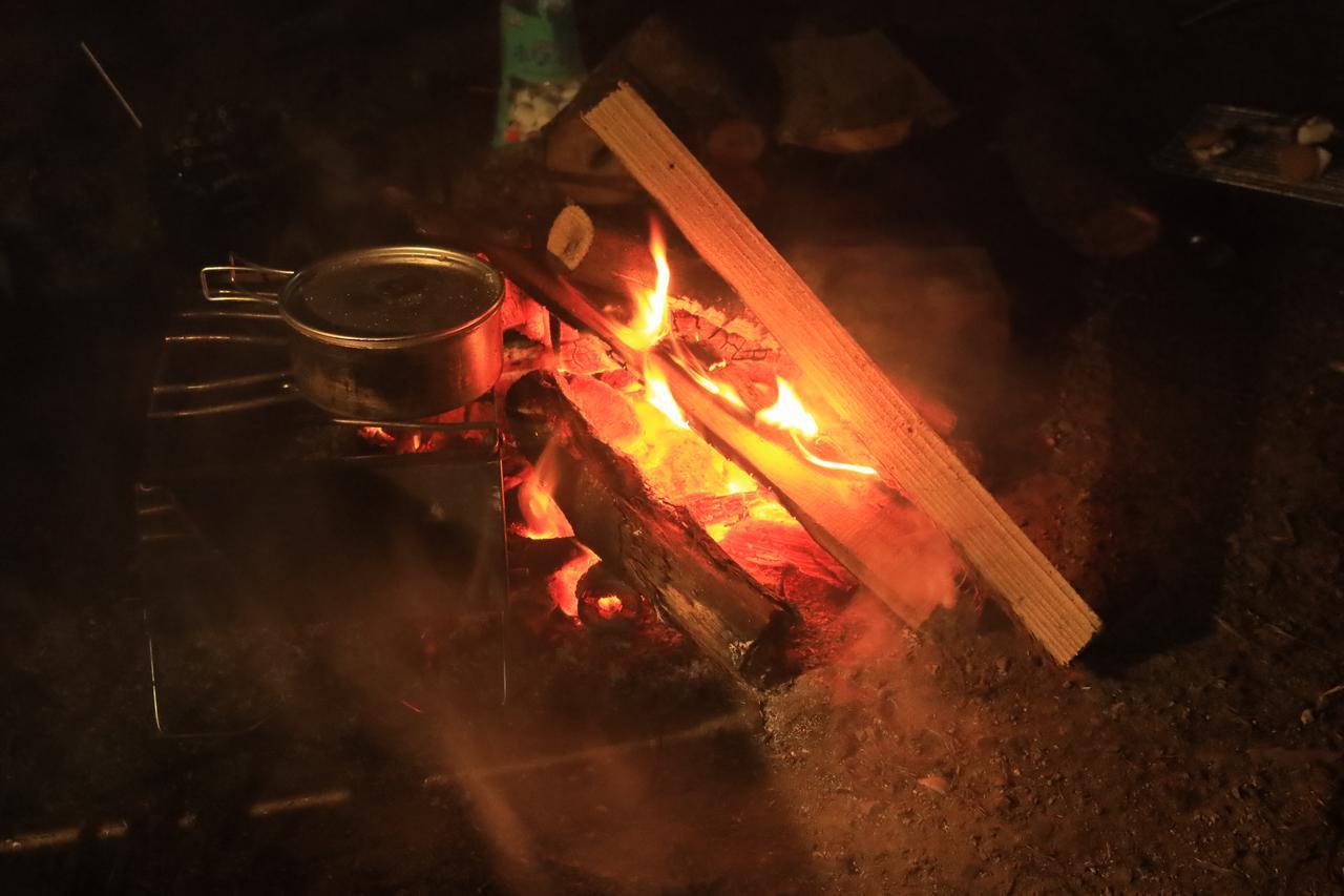 画像: ステラさんは焚き火を使ってワイルドに鍋を温めたり、やたらとお湯を沸かしていました。