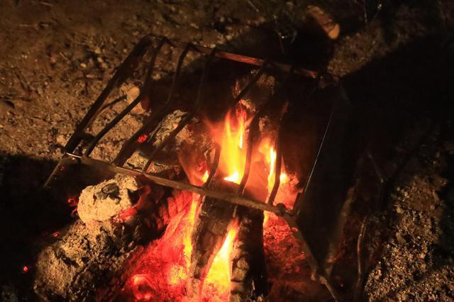 画像: 直火で真の力を発揮するこのスタンド、なかなかいい感じでした。焚き火がなくてもテーブルとして役立つから便利ですね。ソロキャンまでするというステラさん、さすがです。