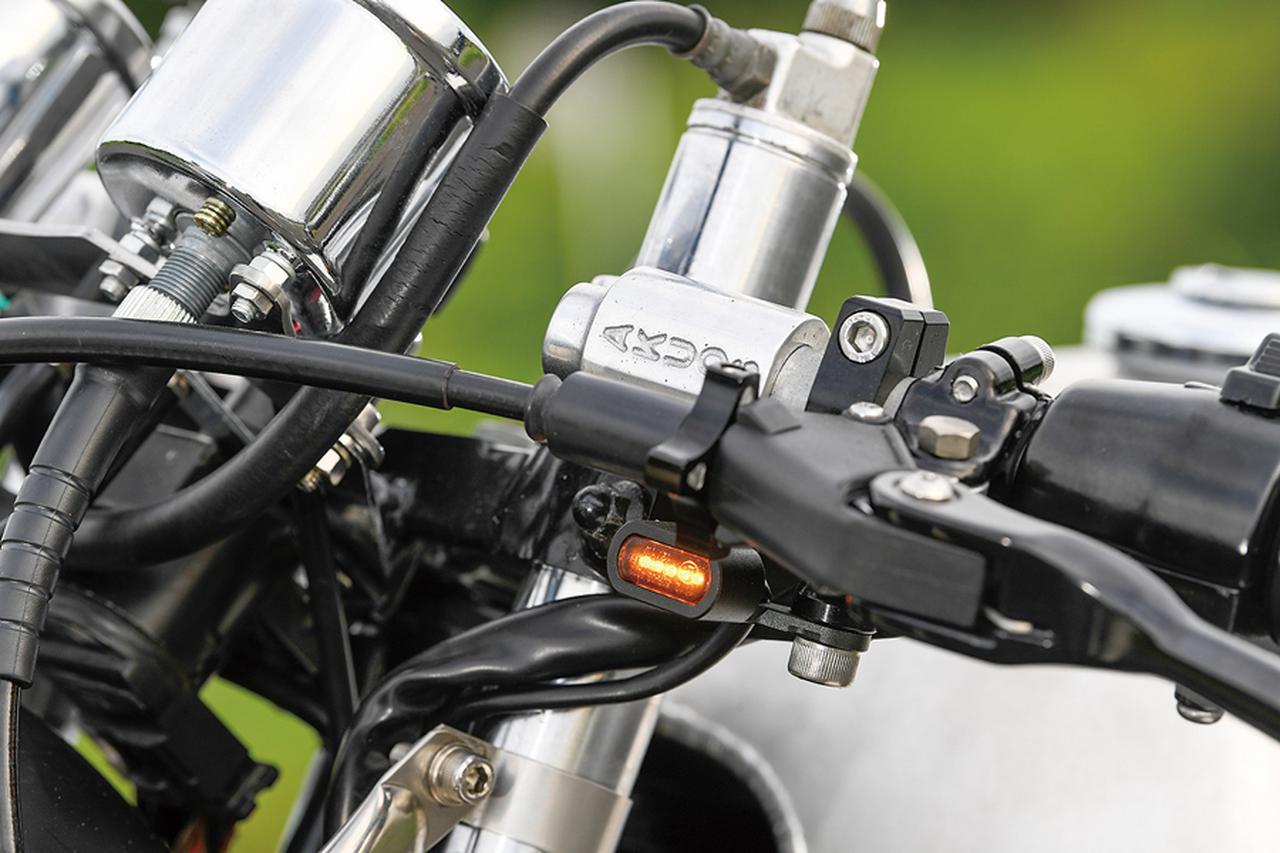 画像: ハンドルバーはT.T.Rオリジナルの人気商品、旧車用AKUOSセパレート(φ35/37/39mm各サイズあり)。ウインカーも小さいが、光量は車検適合だ。