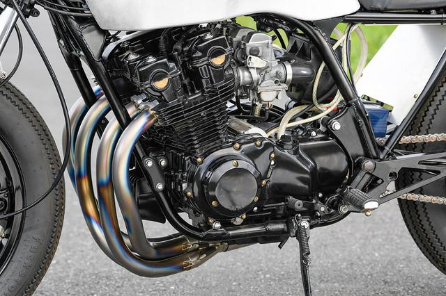 画像: エンジンは750FノーマルでT.T.Rイージークラッチキットや同真鍮カムカバーを組む。キャブレターはカワサキKZ1000純正を加工流用している。