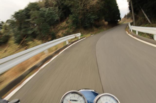 画像1: SR400のツーリングでは、景色をめいっぱい楽しめます。