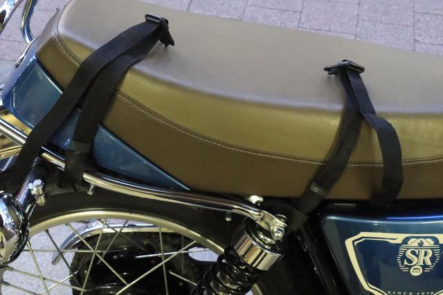 画像: シートバッグはベルト4点留めタイプ。ベルトが動かない位置を選んで設置します。 ちなみにSR400のシートは、シート下にベルトをくぐらせるタイプのバッグとは相性が悪いです。
