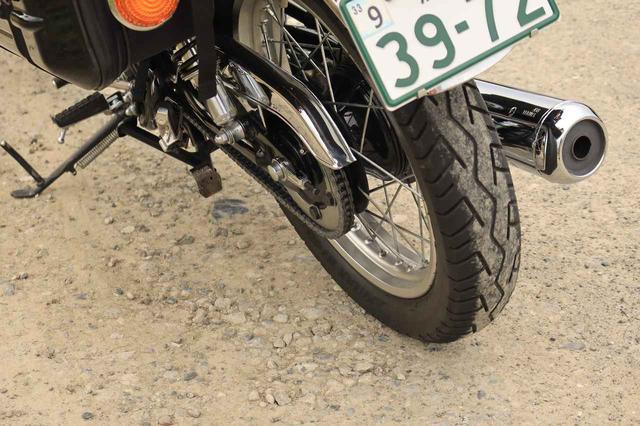 画像: リアはいまも昔もドラムブレーキ。タイヤは前後18インチのチューブタイプ。ちょっとした砂利道ならけっこう走れます。それもロングツーリングやキャンプツーリングではありがたい性能のひとつ。