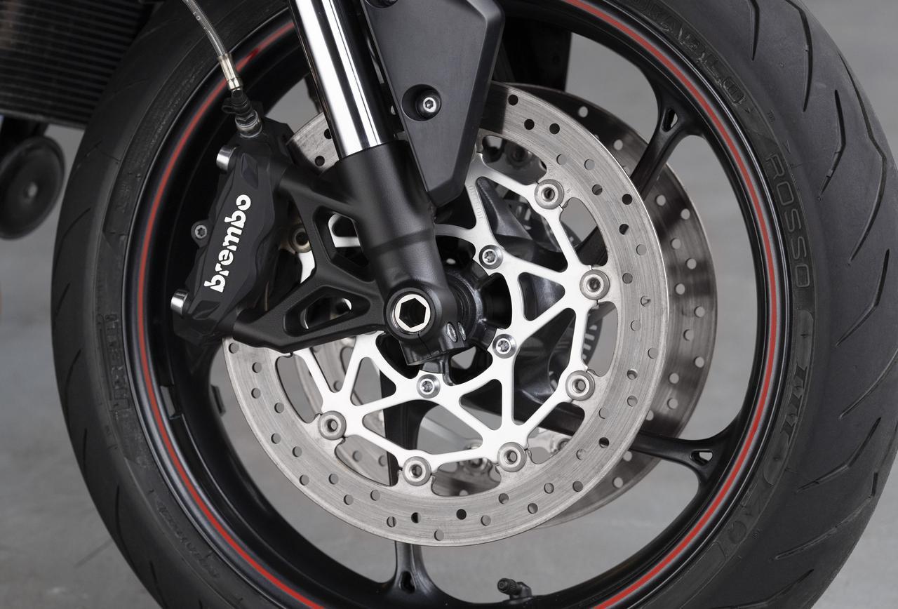 画像: ラジアルマウントのBrembo 製キャリパーにより最適化されたブレーキ