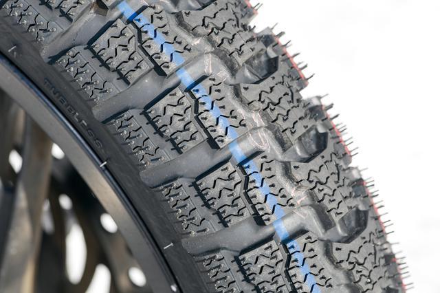 画像: SN26のフロントタイヤ。タイヤ表面に細かい「サイプ」と呼ばれる切れ目を入れることで、氷を引っ掻く「エッジ効果」を発揮する。