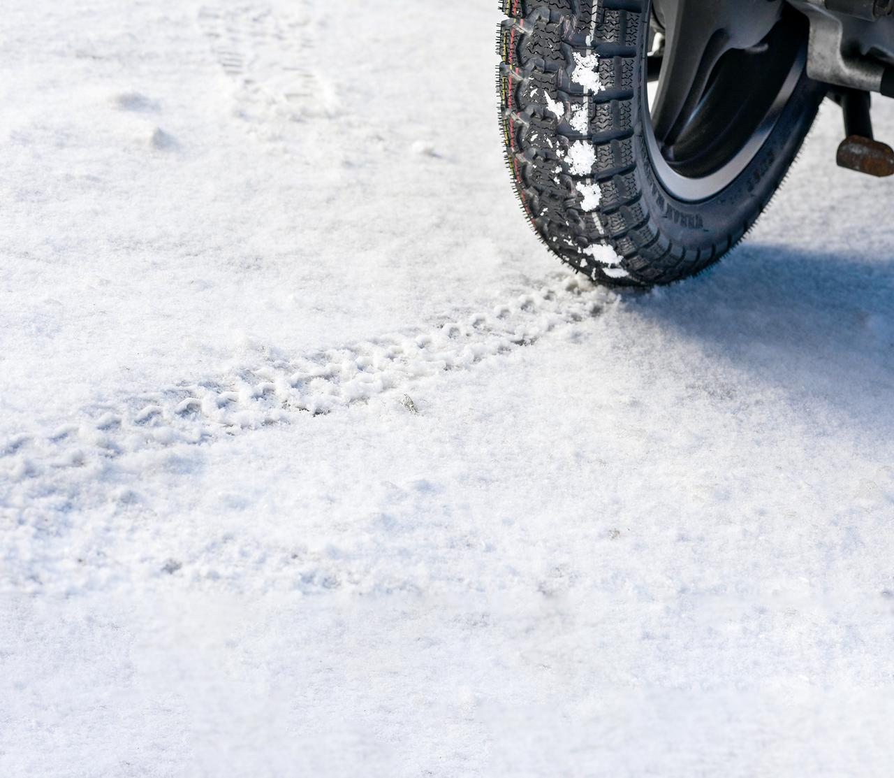 画像: コンパウンド自体も、従来のスノータイヤより最適化され、雪道での走行性能をアップさせている。写真はアイスバーンに近い路面だったが、しっかりと路面を「引っ掻いている」様子が、タイヤに付いている雪からも伺える。