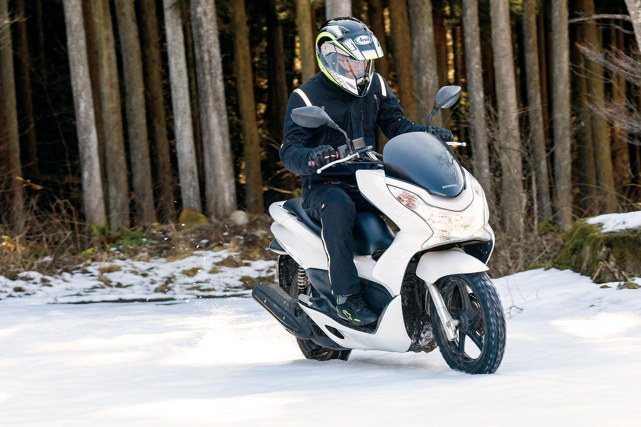 画像: 125ccのPCX(JF28)にSN26を装着し、試乗テストしたのは本誌テスターの太田安治。まずは車両指定の空気圧で走行をスタートだ!