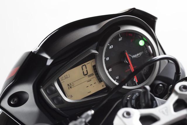 画像: 走行条件に合わせてスロットルレスポンスとトラクションコントロール設定を調整し、LCDディスプレイから選択可能です。