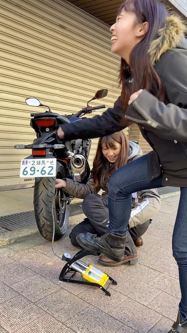 """画像: オートバイ女子部(AUTOBY重車女子團)公式 on Instagram: """"オートバイ女子部の大関さおり、奥さおりの「さおさおペア」。ツーリング出発前には、恒例の空気圧点検!"""""""